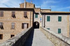 """Accesso al borgo di Pitigliano, """"Città del Tufo"""""""