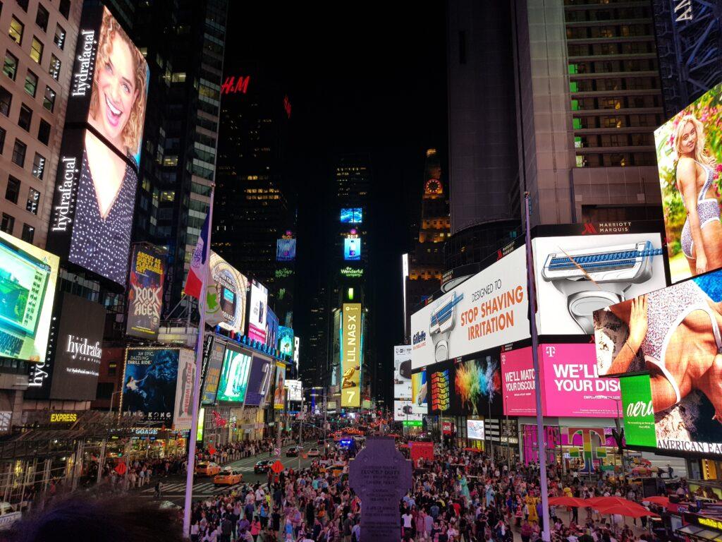 New York by night, Time Square con i cartelloni pubblicitari.