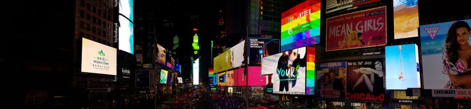 Veduta a 180° di Time Square (NY) in notturna