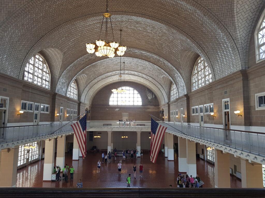 La sala d'ingresso degli immigrati ad Ellis Island  da vedere a New York