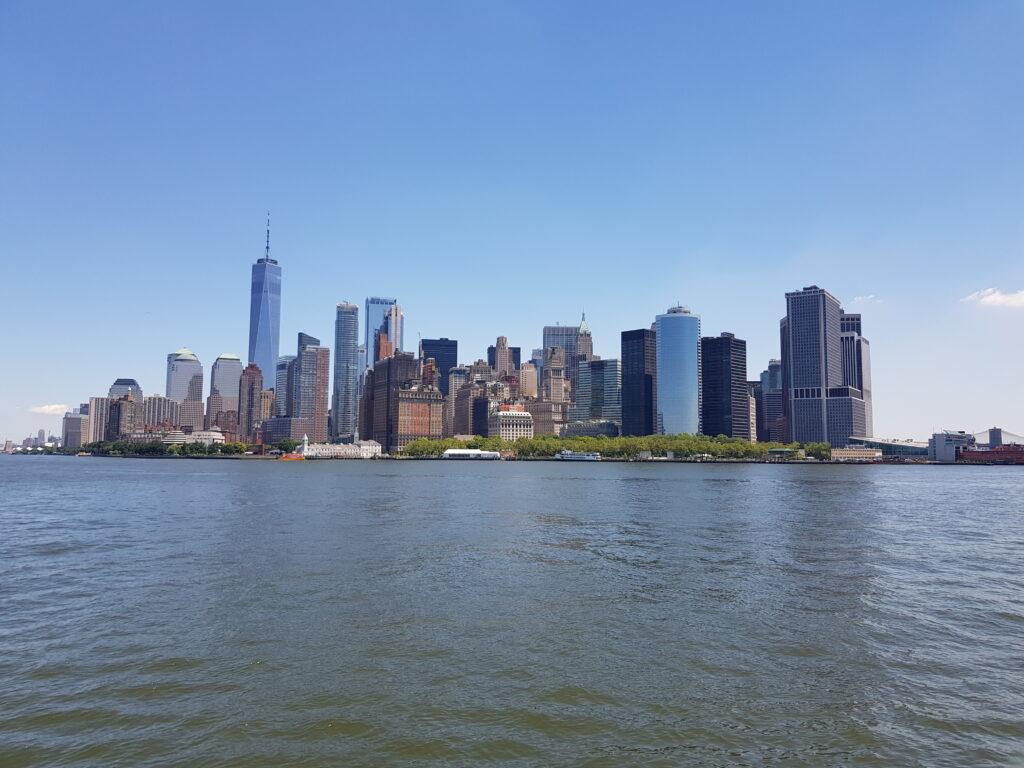 Lo sky line di New York visto dal traghetto di Ellis Island