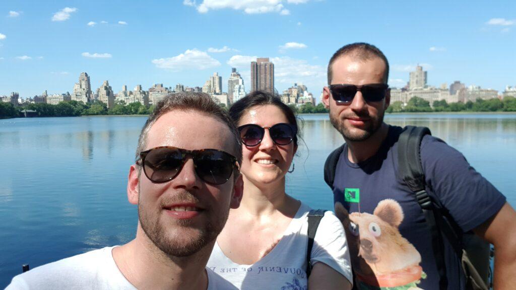 I tre protagonisti di questo viaggio entusiasmante  vi salutano da New York