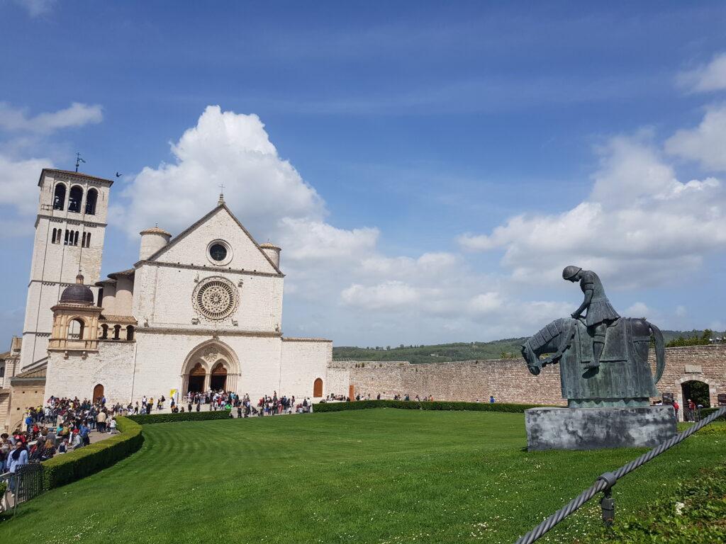 Facciata della Chiesa Superiore di Assisi Umbria cosa vedere