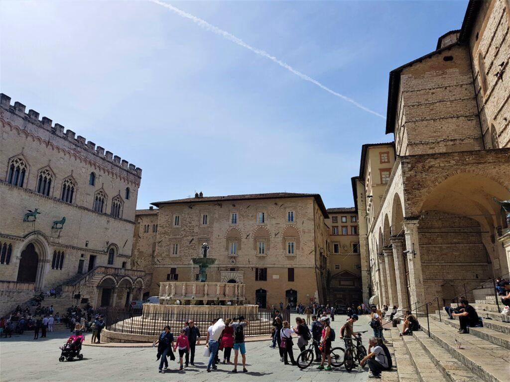 Piazza IV Novembre e la Fontana Maggiore  a Perugia Umbria cosa vedere