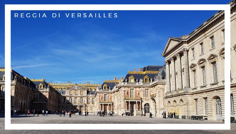 L'ingresso del palazzo della Reggia di Versailles , poco distante da Parigi