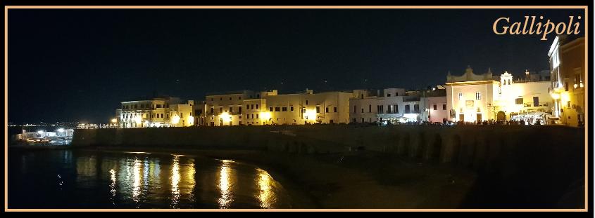 Salento cosa vedere, il lungomare di Gallipoli illuminato di notte.