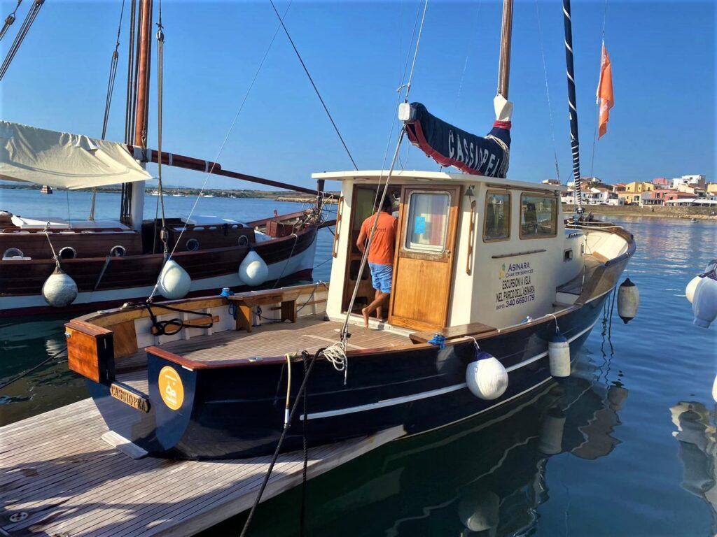 Il motorsailer Cassiopea dell'Asinara Charter Service
