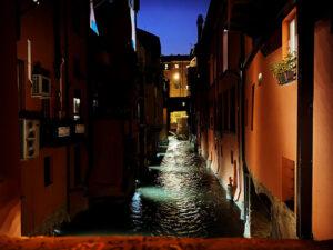 Finestrella di via Piella tra i luoghi romantici a Bologna