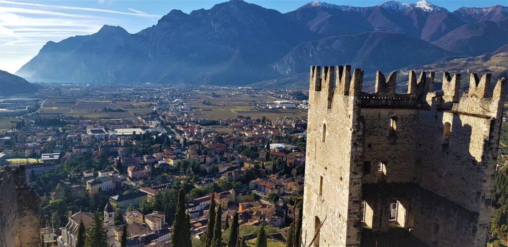 Panorama di Arco di Trento e il Lago di Garda visti dal castello