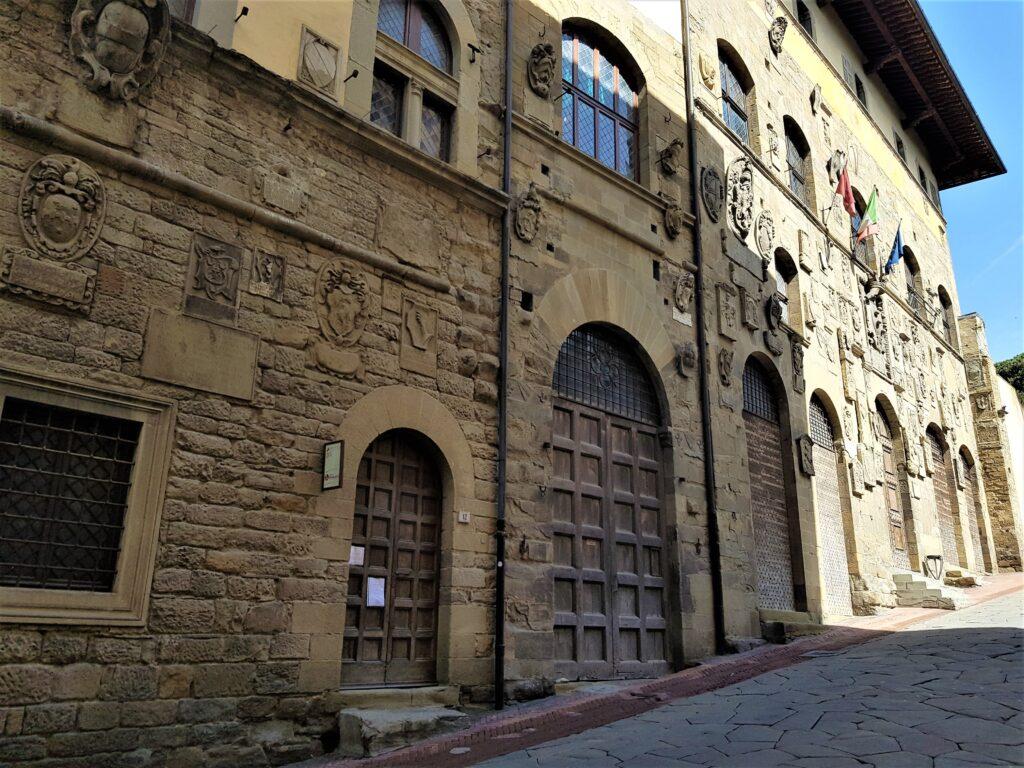 Palazzo Pretorio, con la facciata ricoperta di stemmi. Visitare Arezzo