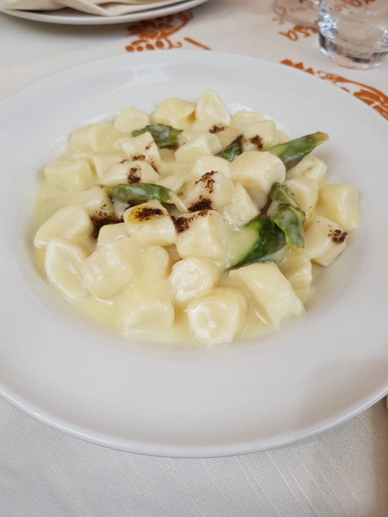 Gnocchetti con crema di formaggio di fossa, asparagi e tartufo della Sangiovesa di Santarcangelo di Romagna