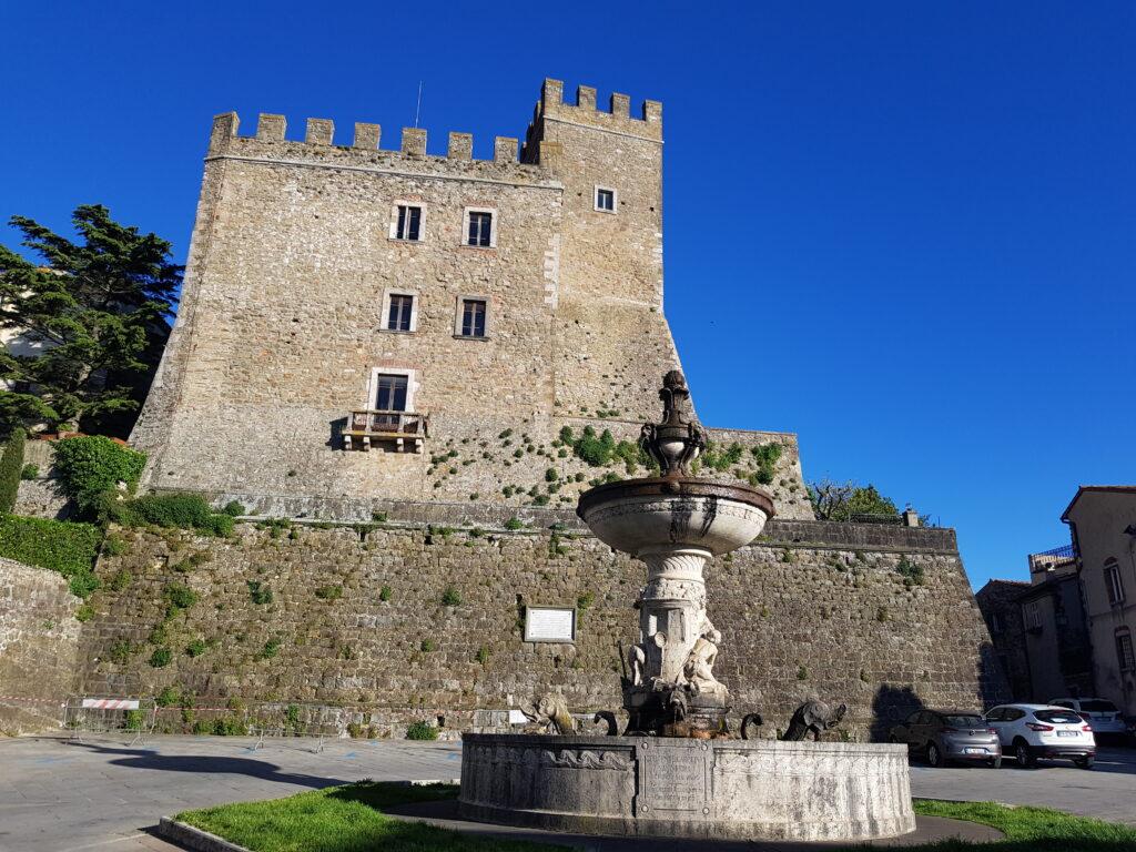 La Rocca Aldobrandesca e la Fontana Monumentale di Piazza Garibaldi a Manciano