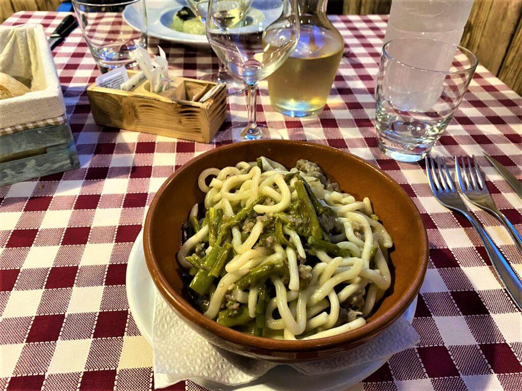 Pici salsiccia e asparagi serviti dal ristorante Il Miravalle a Manciano