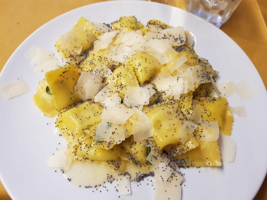 Ravioli di ricotta burro salvia e semi di papavero della Taverna del Luppolo a Gradara