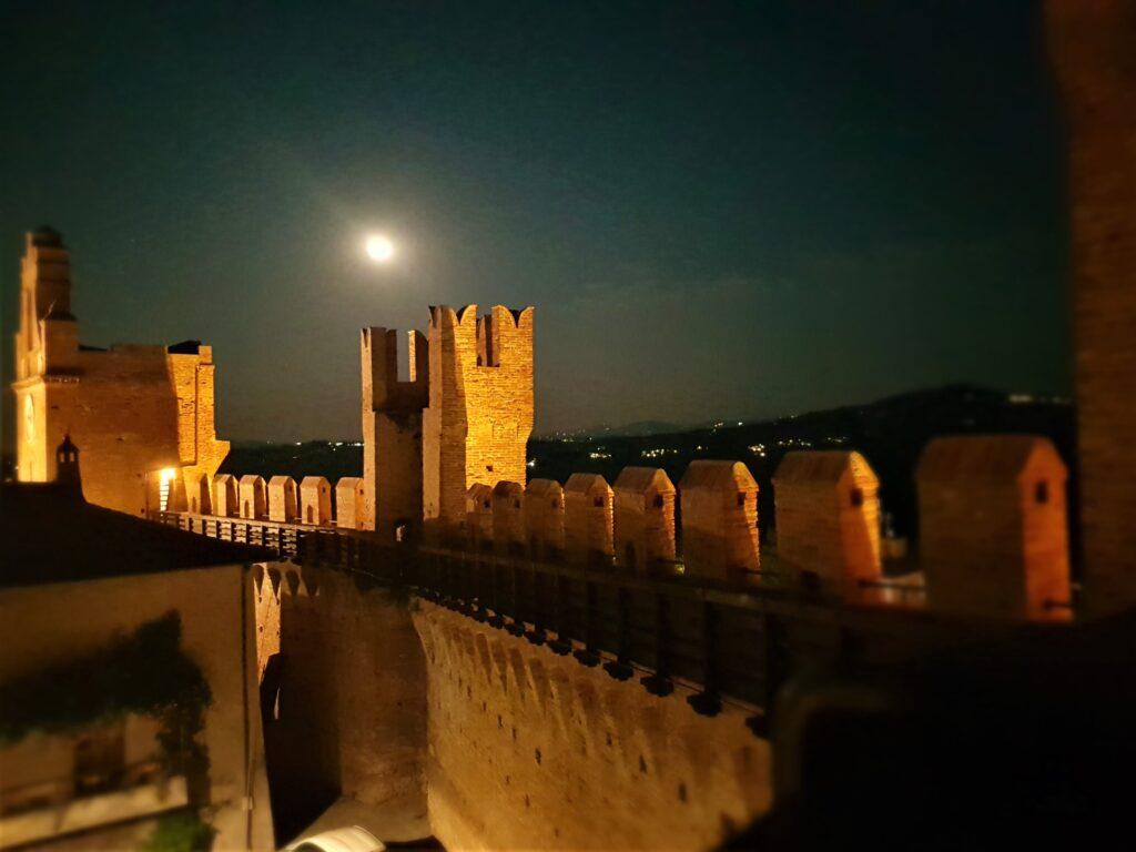 I camminamenti di ronda del Castello di Gradara durante una passeggiata notturna