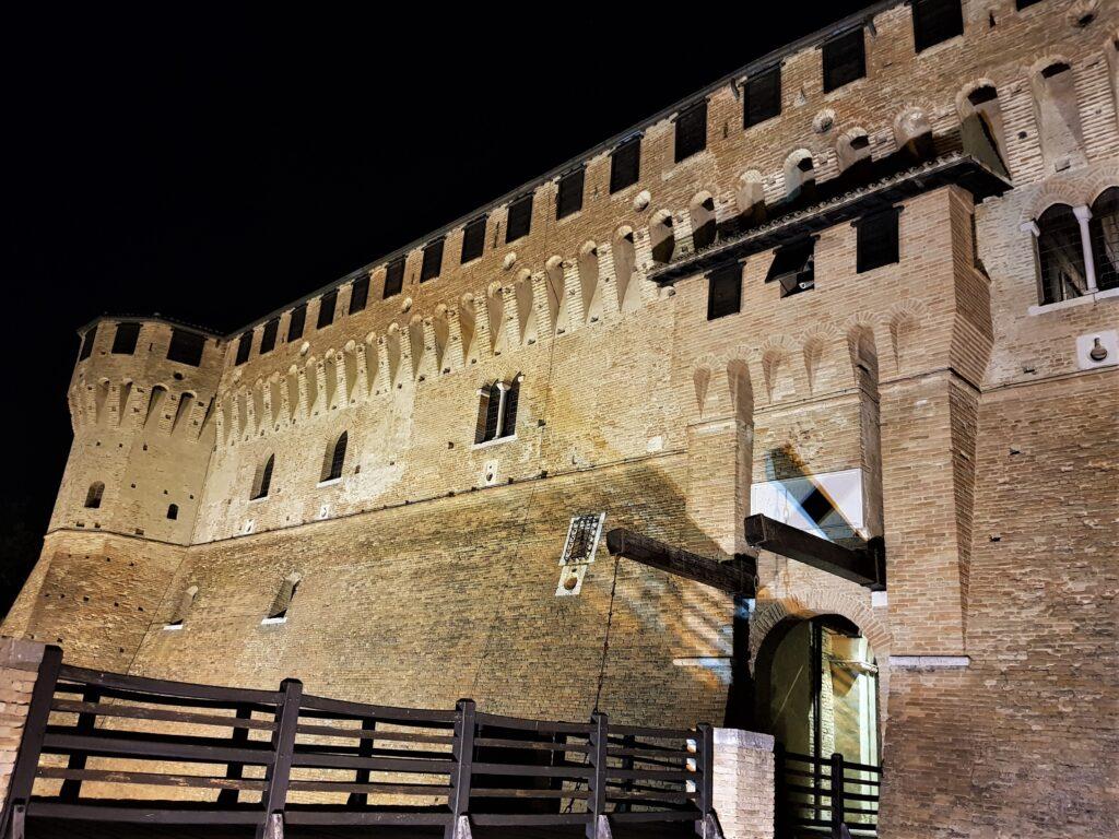 La Rocca di Gradara illuminata di notte