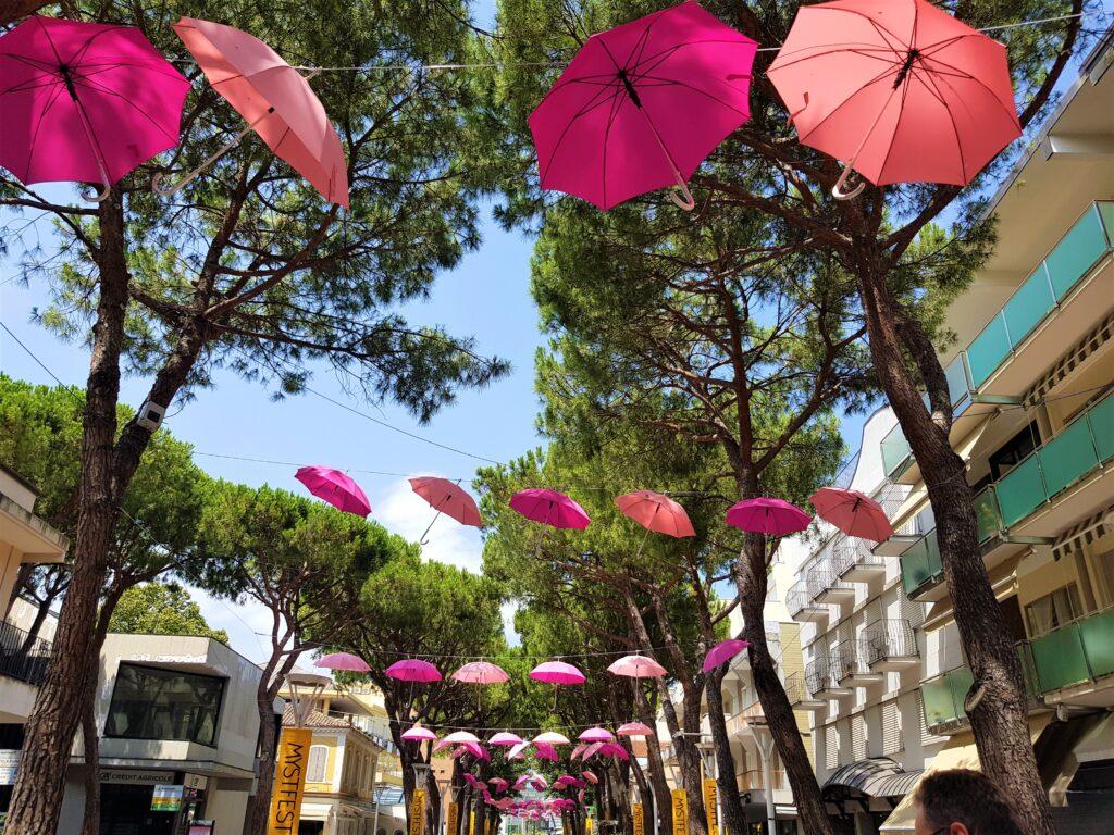 Via Bovio a Cattolica decorata con tantissimi ombrelli colorati