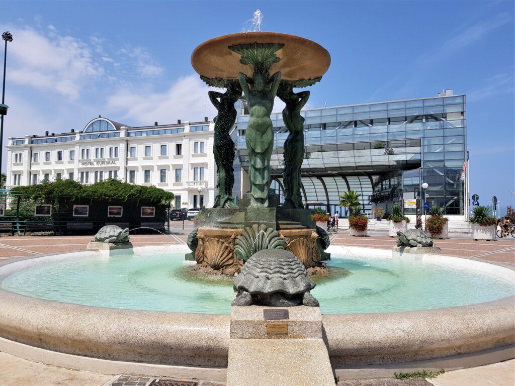 La Fontana delle Sirene in piazza 1° Maggio a Cattolica