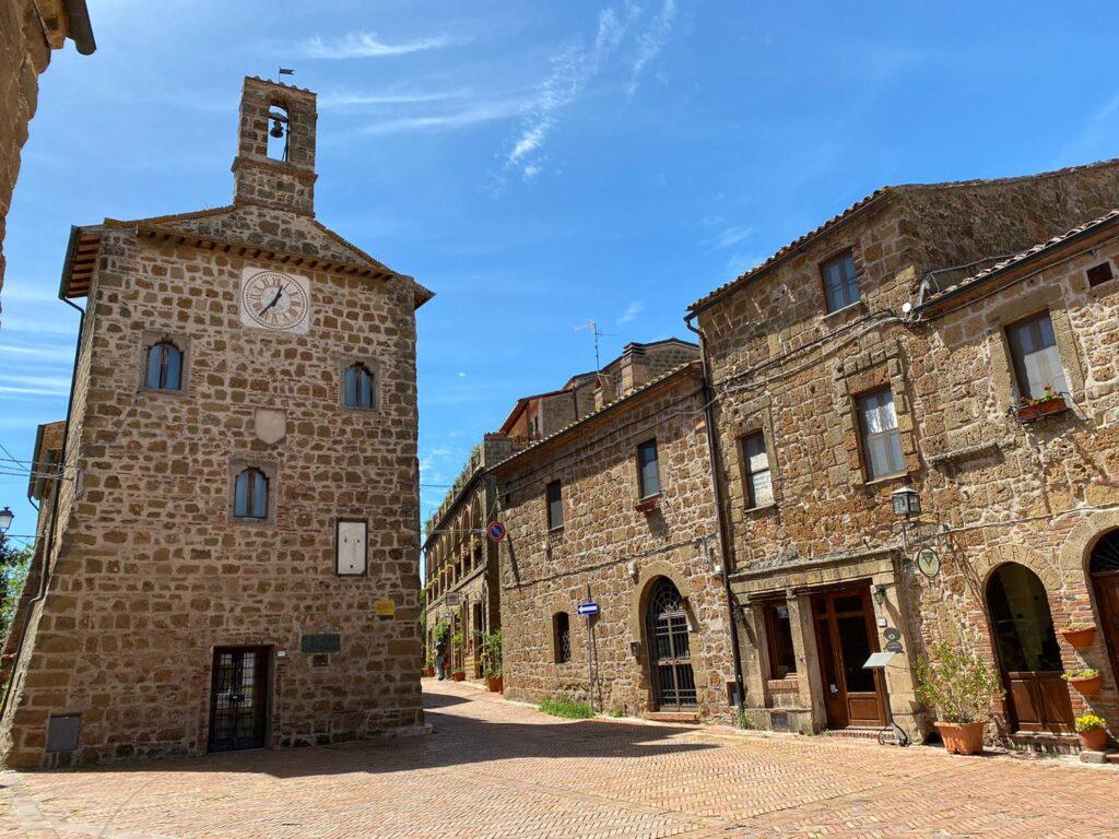 Piazza del Pretorio e il Palazzo dell'Archivio a Sovana