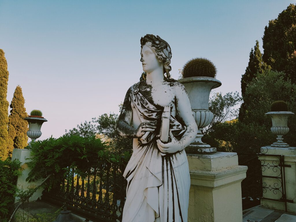 Statua dei giardini dell'Achilleion palace di Corfù