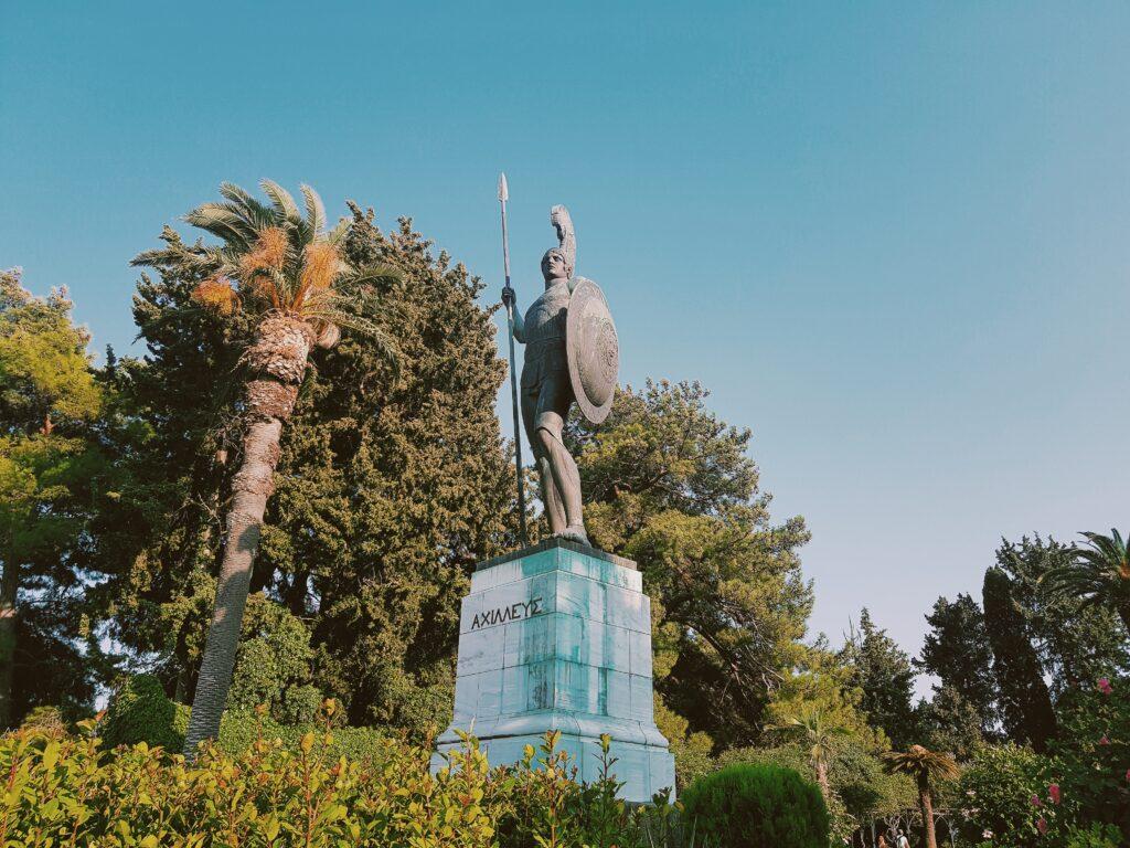 Achilleion palace la statua dell'Achille vincitore in fondo ai giardini del palazzo