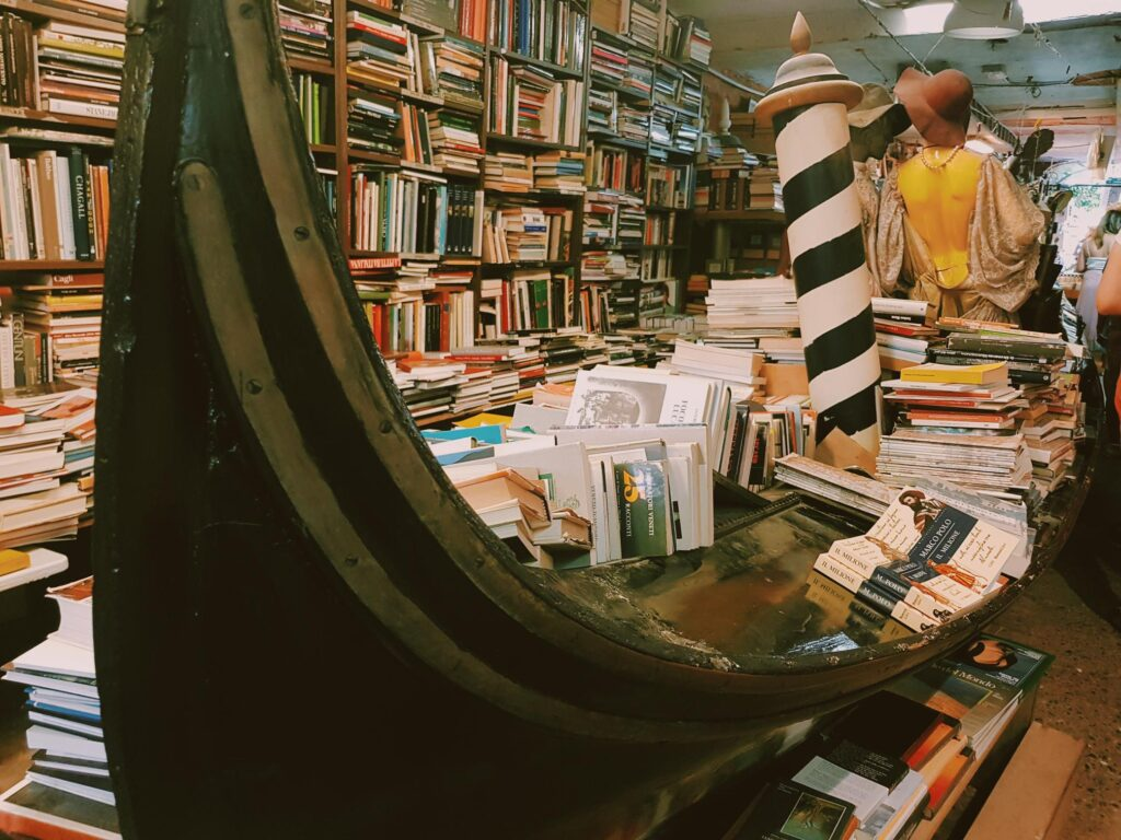 L'interno della libreria Acqua Alta di Venezia