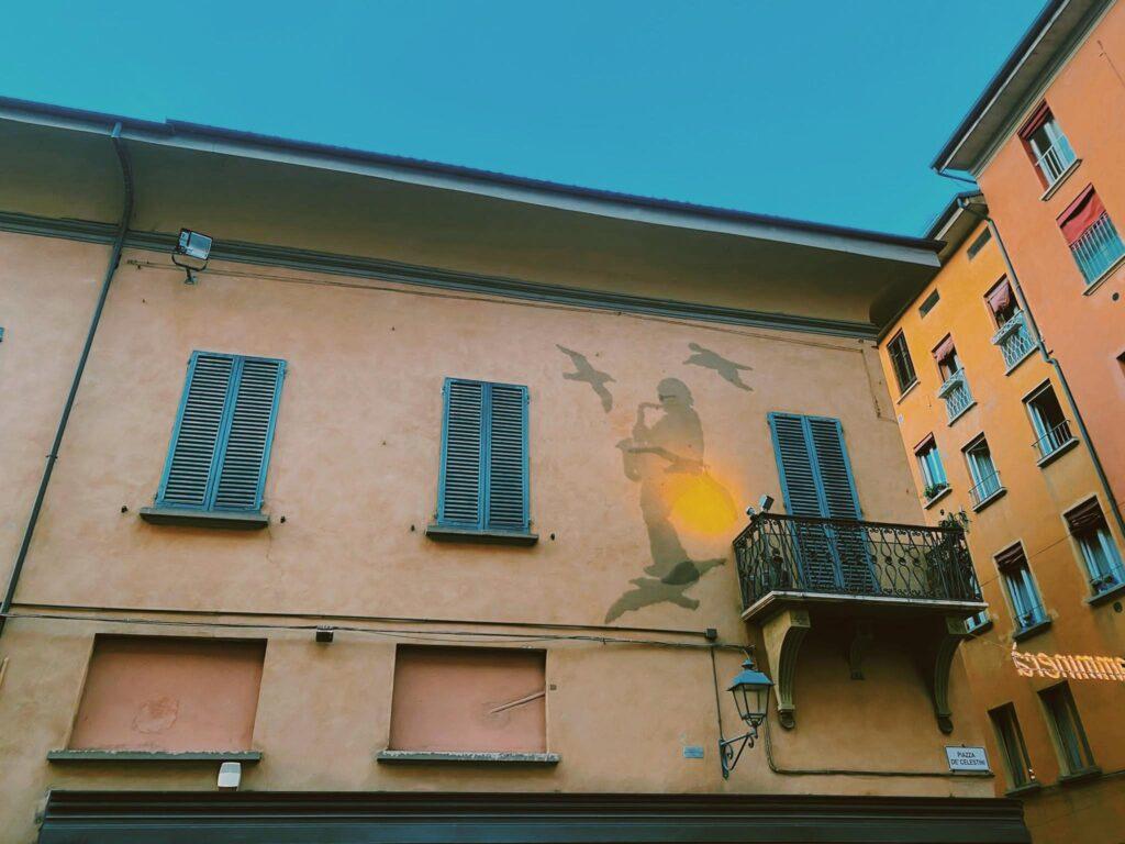 La casa di Lucio Dalla a Bologna con l'opera a lui dedicata su Piazza dei Celestini