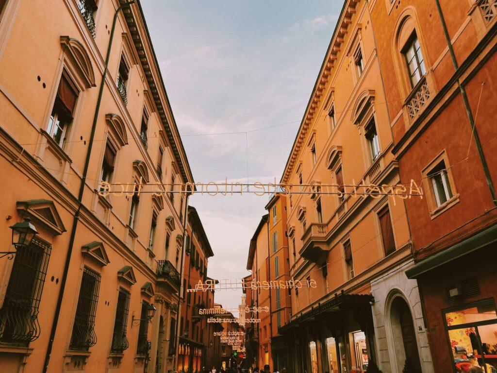 Via d'Azelio e le luminarie con le canzoni di Lucio Dalla a Bologna