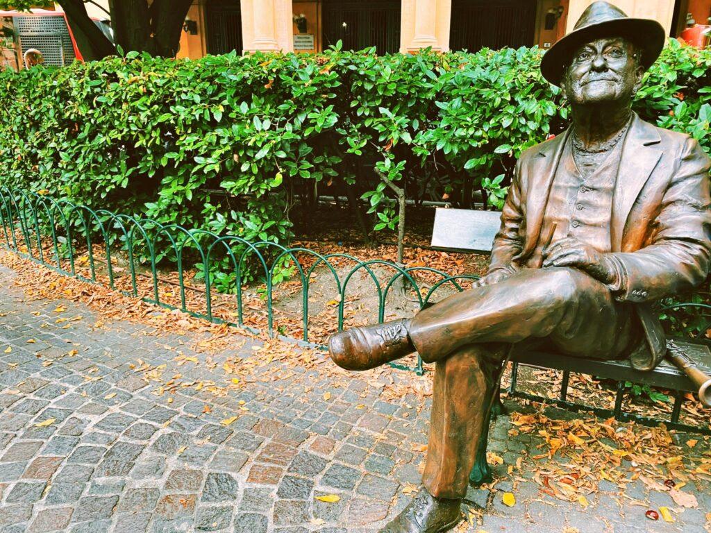 La statua dedicata a Lucio Dalla in Piazza Cavour a Bologna