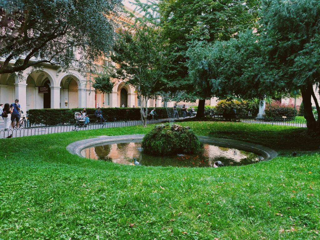 """Il parco di Piazza Cavour a Bologna, dove ha inizio il tour """"La Bologna di Lucio Dalla"""""""