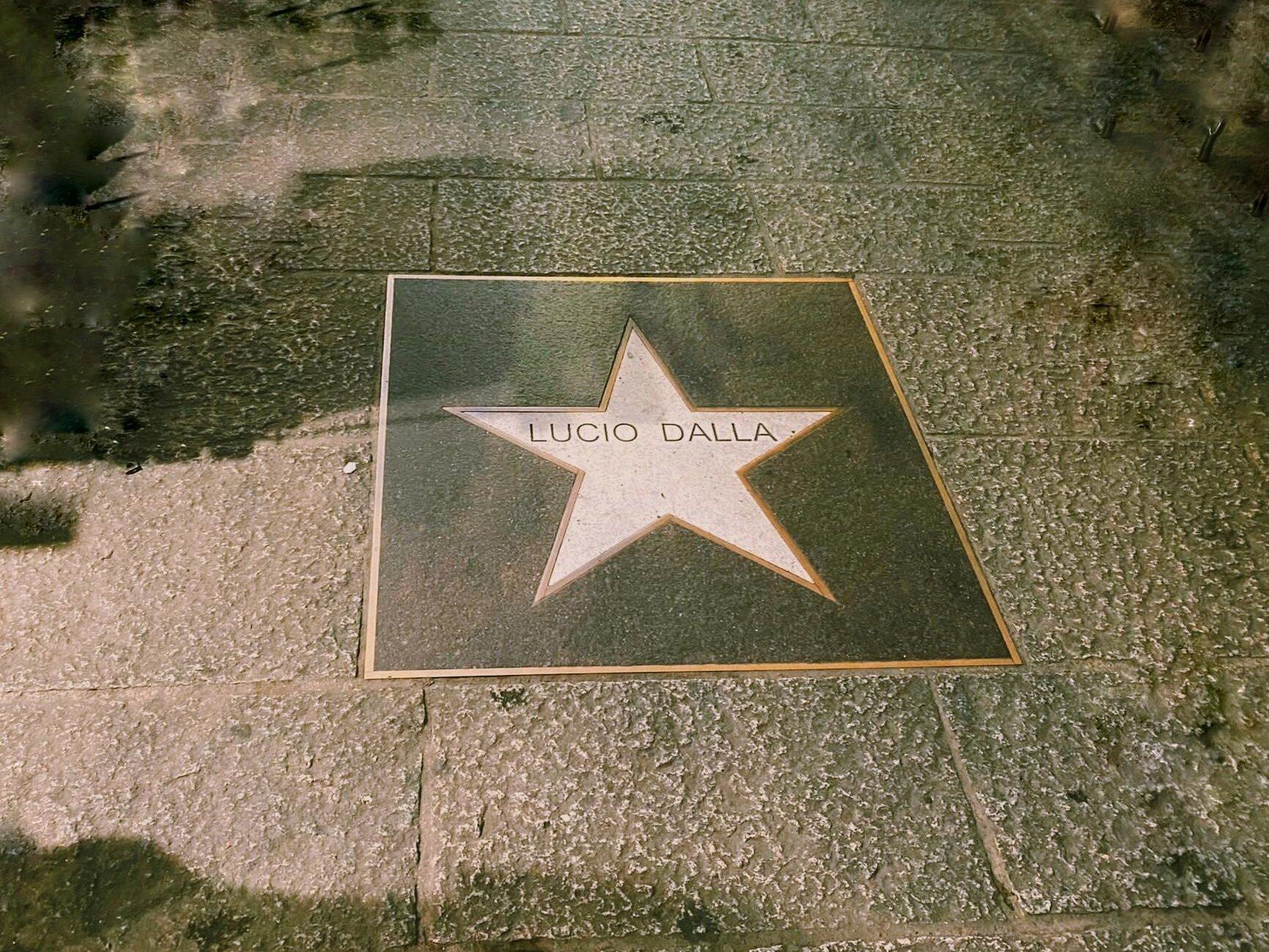 La stella dedicata a Lucio Dalla lungo Via degli Orefici a Bologna