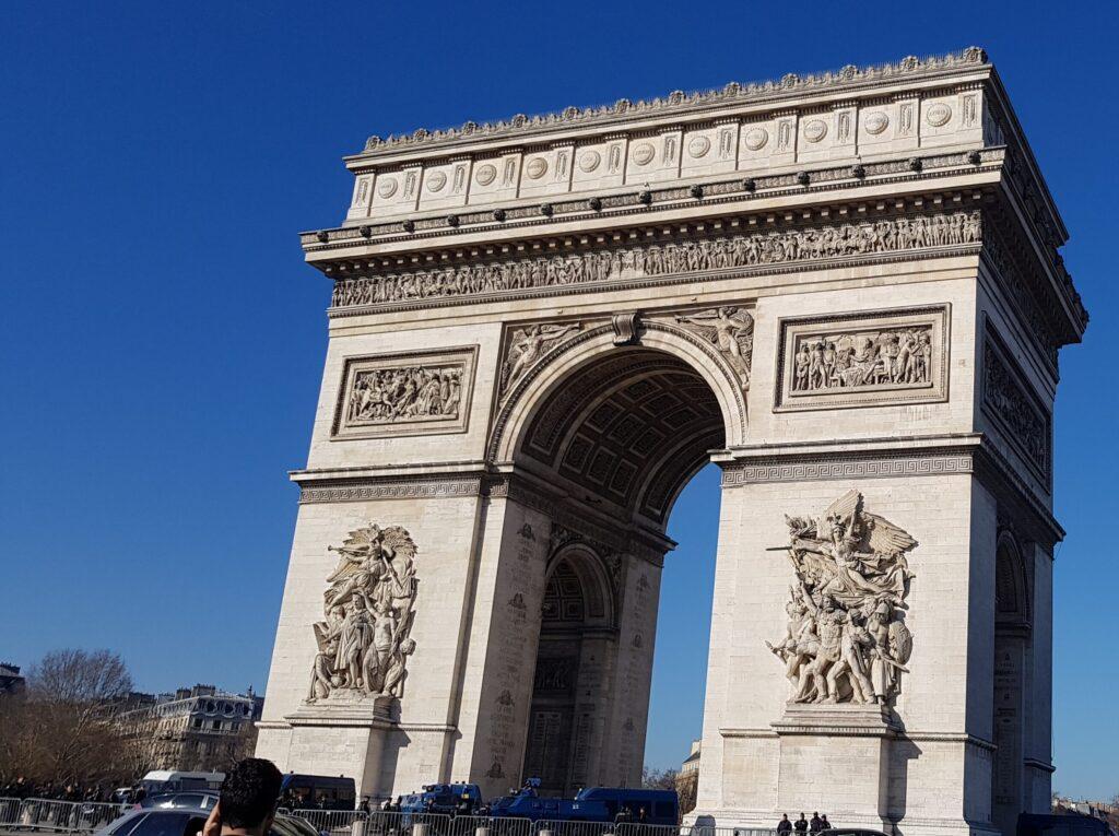 Arco di Trionfo di Parigi, alla fine del famoso viale Champs-Élysées