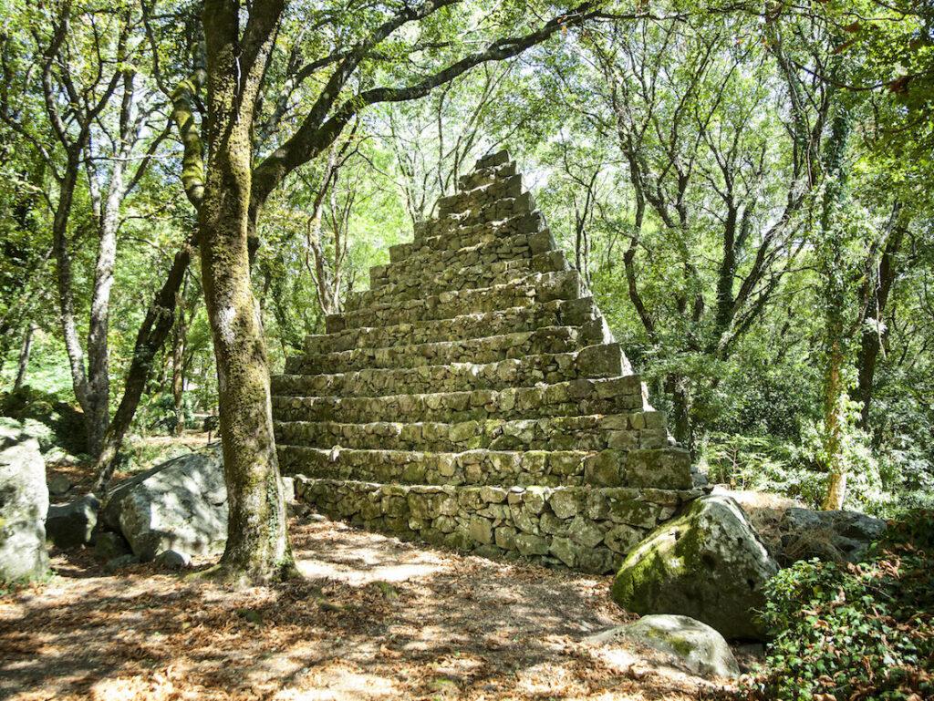 La piramide a base triangolare del Giardino romantico-esoterico Bosco Isabella