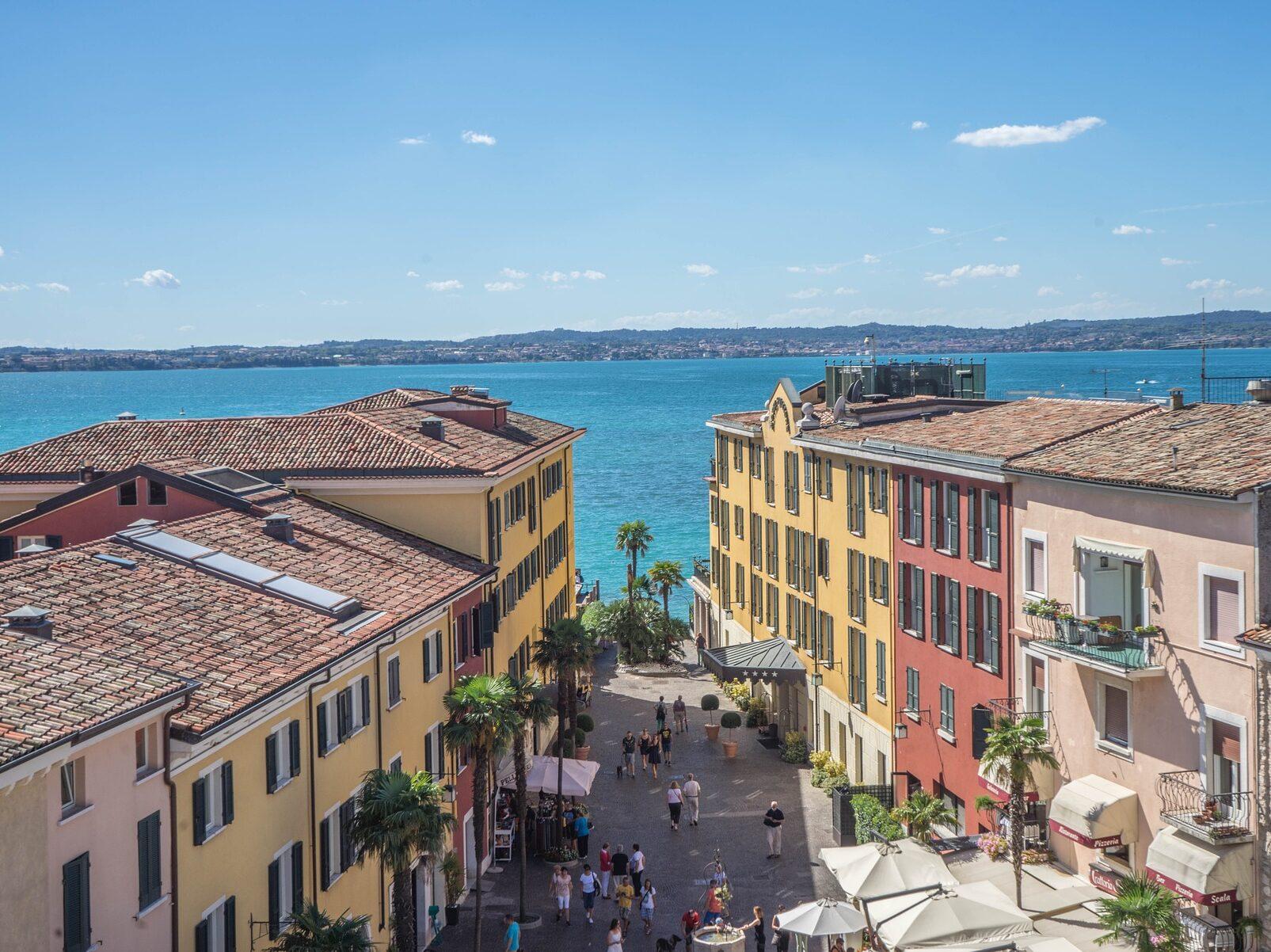 Centro storico di Sirmione con vista Lago di Garda