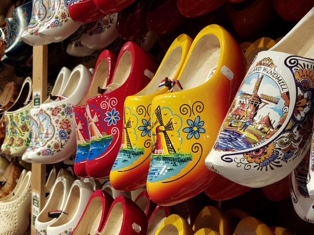 Fabbrica degli zoccoli di Zaanse Schans, particolare di una serie di zoccoli colorati.