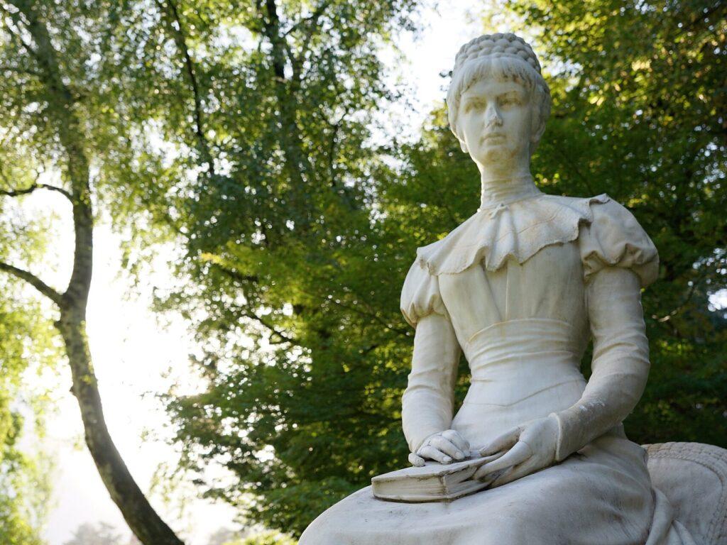 La statua di Sissi lungo la Passegiata d'Estate a Merano