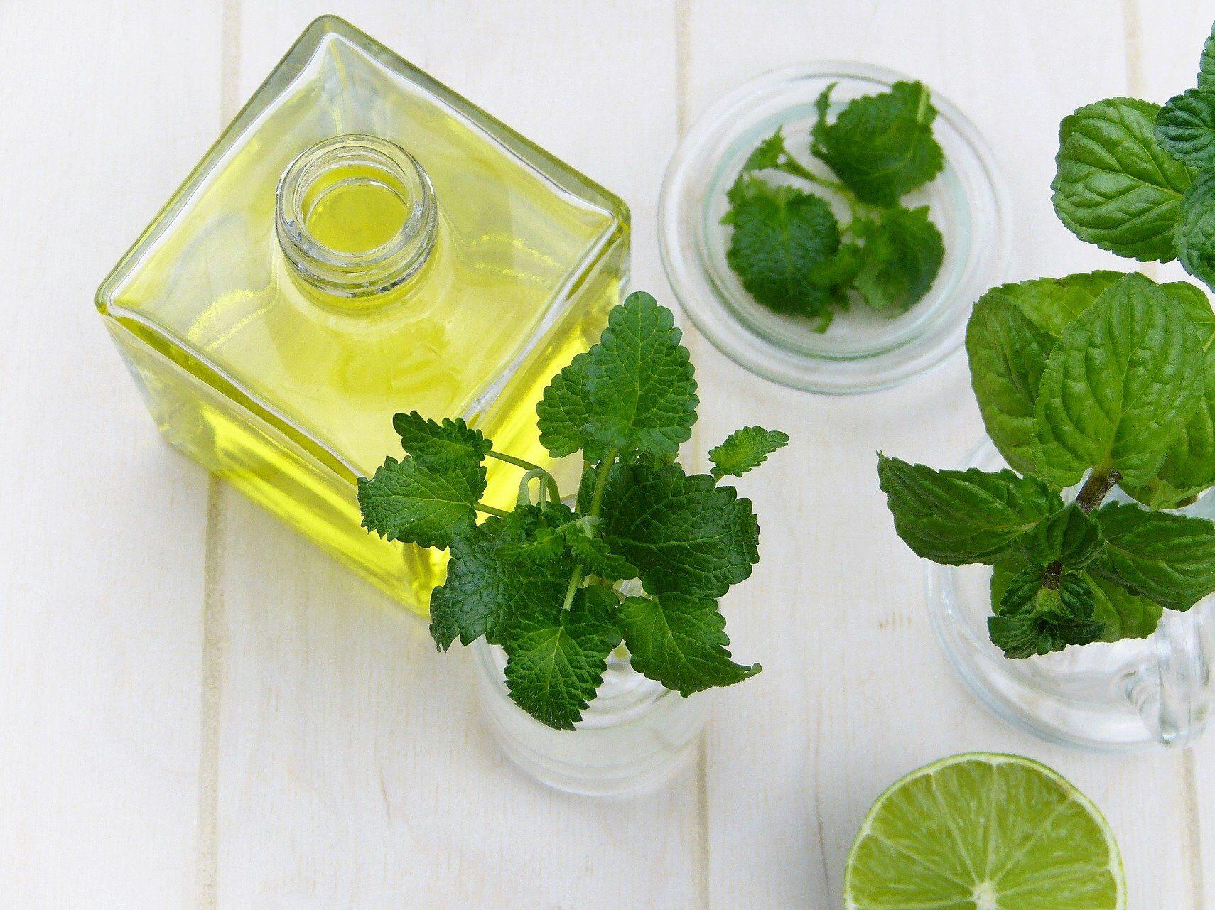 Olio essenziale di menta piperita, utile per ridurre la sensazione di sonnolenza