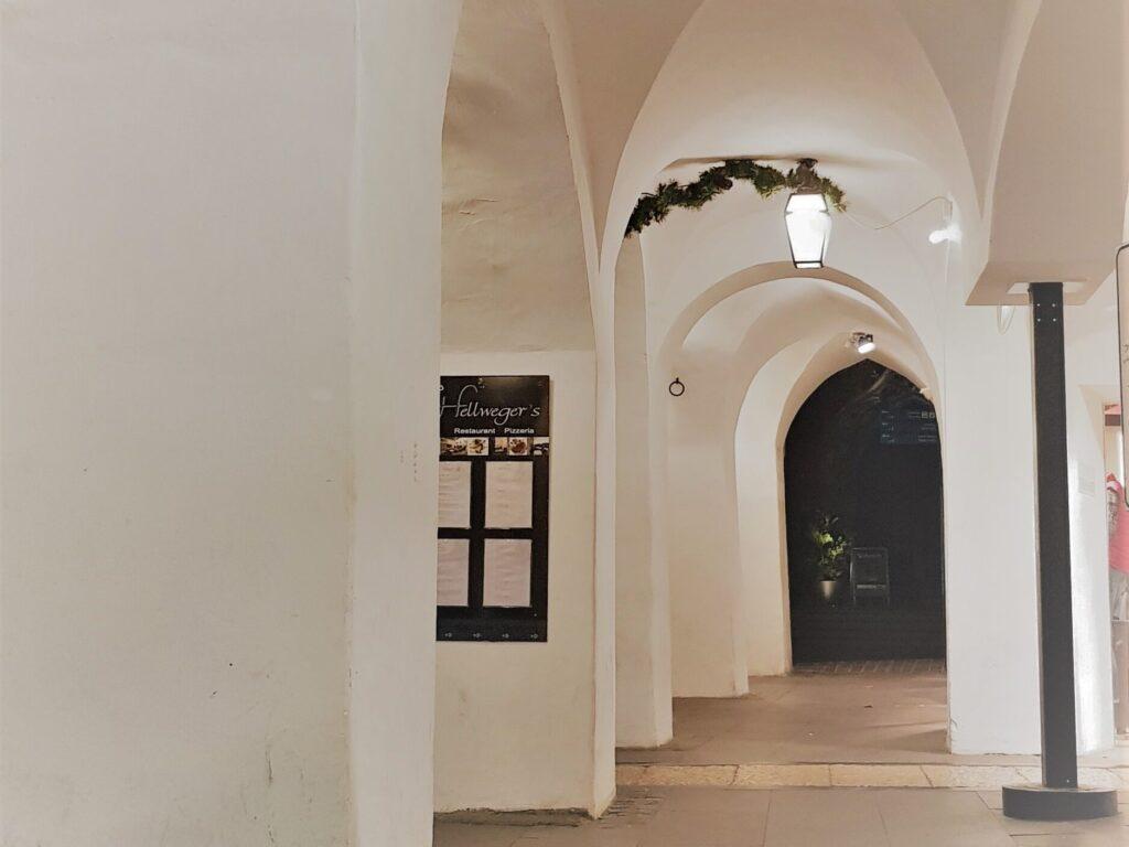 I caratteristici portici del centro storico di Merano