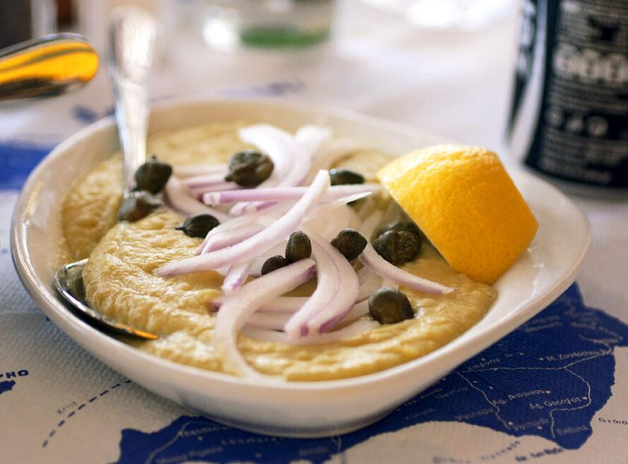 Fava di Santorini. Piatto tipico prodotto con le fave secche e guarnito con capperi e cipolla.