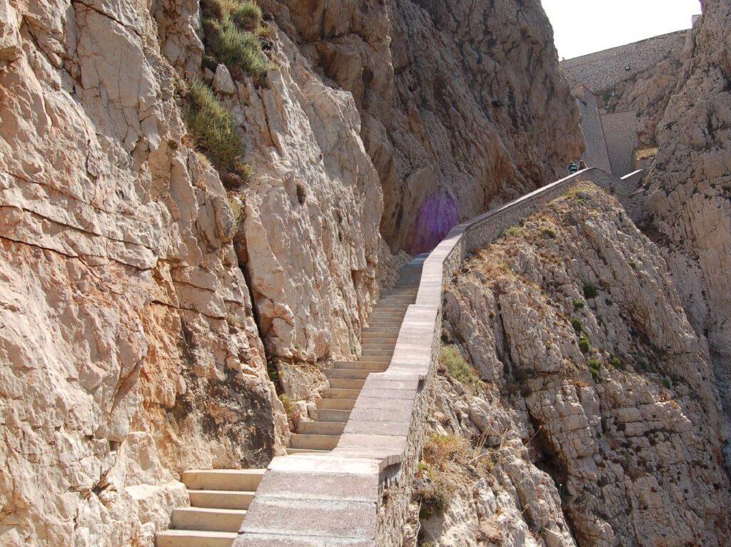 La Scala del Capriolo per raggiungere a piedi le Grotte di Nettuno
