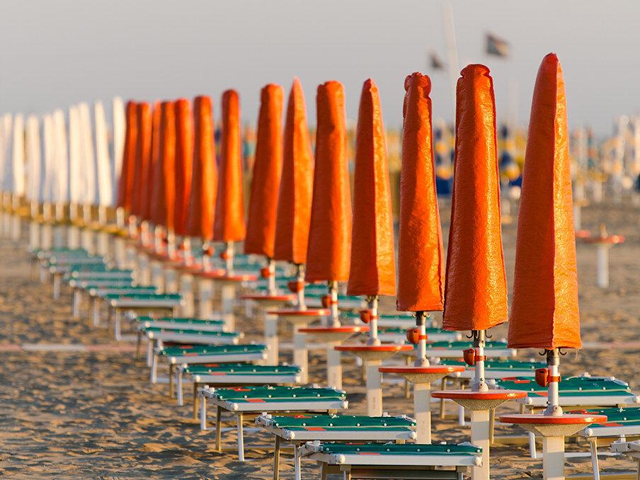 Ombrelloni sulla spiaggia al tramonto