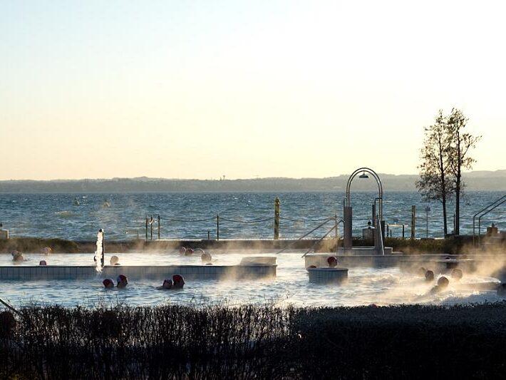 Piscine esterne delle Terme di Sirmione con vista sul Lago di Garda