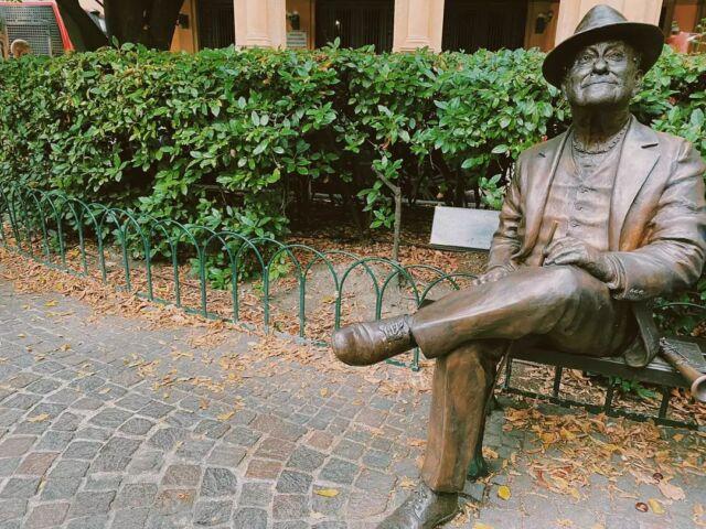 Qualche tempo fa, abbiamo partecipato ad un tour guidato di Bologna.  Il tour ci ha condotto nei luoghi più famosi della vita di Lucio Dalla.  La prima tappa è stata Piazza Cavour,  dove #luciodalla è nato e cresciuto e dove si trova questa statua.  Voi l'avete mai vista? Per me è stata la prima volta😊 . . . #bologna_city #centrostorico #bolognacentro #bolognagram #tour #statuesofinstagram #traveladdict #statues #traveladdiction #travel_captures #traveladdicts #luciodallabologna #bologna #travel #bolognaèunaregola #traveladdicted #travel_photography #bolognacity #instatravel #luciodallavive #centrostoricobologna #bolognaitaly #statuephotography #bolognacitta #statue #statueart #luciodallanelcuore #bolognacultura #luciodalla