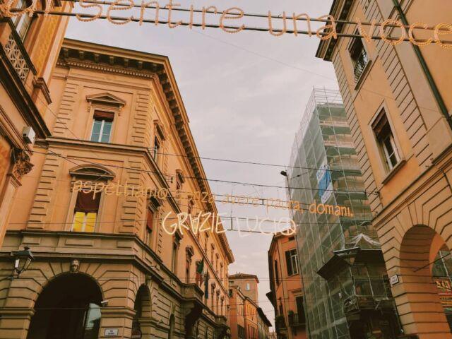 """Se volete scoprire uno dei luoghi più romantici di Bologna, non potete perdervi via d'Azelio.  Si trova proprio a lato di Piazza Maggiore ed è impossibile sbagliarsi, è la via con le luminarie.  In questo periodo troverete scritta nelle luminarie, la canzone di Lucio Dalla """"Futura"""", ma cambiano periodicamente...  Quali sono gli angoli più romantici della vostra città? . . . #centrostoricobologna #bologna_city #lighteffects #lightart #traveladventure #centrostorico #traveladdict #traveladdiction #luciodallatribute #lightartist #bologna #luciodallanelcuore #bolognaitaly #light #travel #traveladdicts #travel_captures #luciodallavive #bolognacitta #bolognacentro #lightcolors #luciodallabologna #tour #traveladdicted"""